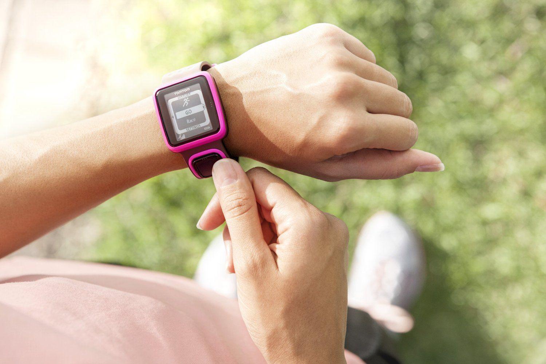 Фитнес-трекер носится на руке круглосуточно даже во сне для количественной оценки всех активностей вашей жизни, в том числе беговой активности.