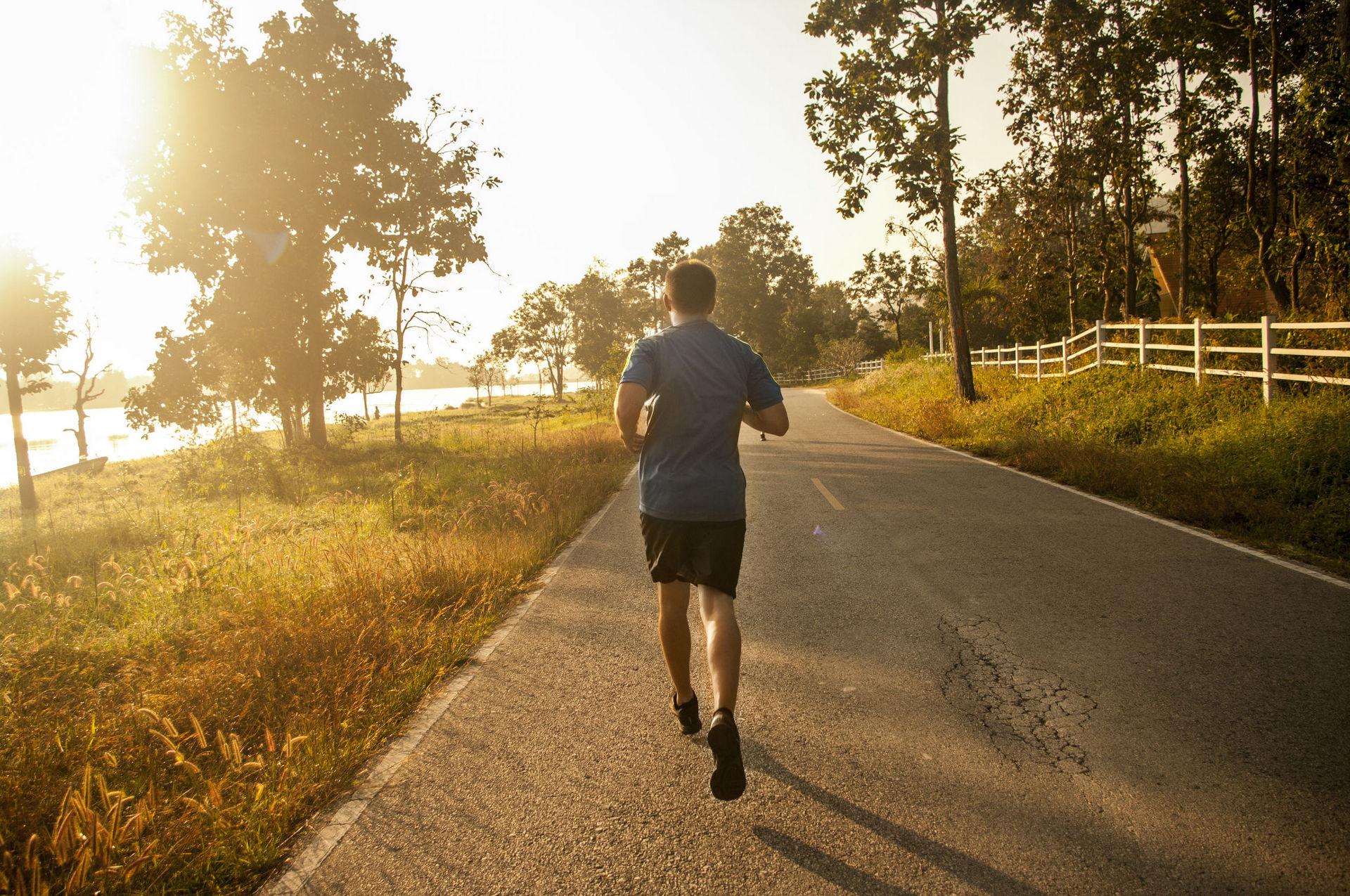 Полезно или вредно бегать по утрам? Плюсы и минусы от бега утром